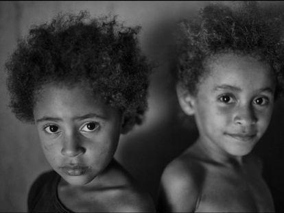 As meninas Bruna (esq.) e Ludmila, que foram localizadas em uma família que não recebia o Bolsa Família em 2015.