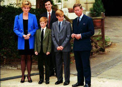 Os príncipes de Gales, Diana e Charles da Inglaterra, com seus dois filhos, Harry e William, durante um ato público na década de 1990