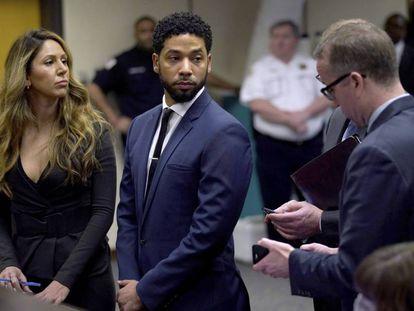 O ator Jussie Smollet acompanhado por sua advogada, Tina Glandian, em um tribunal em Chicago.