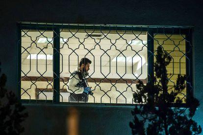 Forenses turcos trabalham no interior do consulado saudita em Istambul.