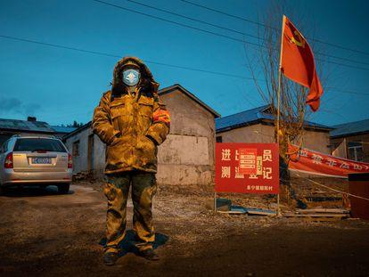 Um funcionário monta guarda em um posto de controle na cidade fronteiriça chinesa de Suifenhe.