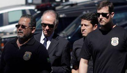 Carlos Arthur Nuzman é levado por agentes da PF nesta quinta.