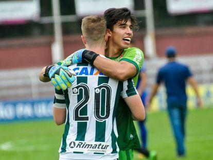 Goleiro Diego, sobrinho da tenista Teliana, comemora com Henrique vitória do Coritiba nas oitavas da Copinha.