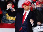 EA7125. JANESVILLE (ESTADOS UNIDOS), 18/10/2020.- El presidente de EE.UU, Donald Trump, baila sobre el escenario tras su intervención en un acto de campaña en el aeropuerto de Janesville, en Wisconsin. A 17 días de las elecciones, Trump alertó este sábado contra el peligro de la izquierda radical si su rival demócrata, Joe Biden, gana los comicios del próximo 3 de noviembre. EFE/ Kamil Krzaczynski