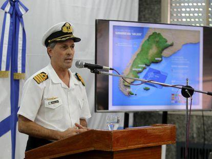 O porta-voz Enrique Balbi mostra a área de busca.