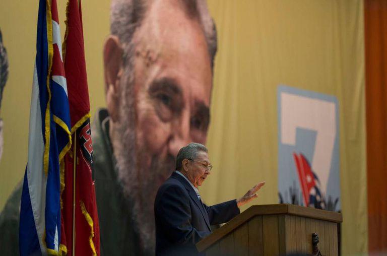 Raúl Castro fala aos participantes do Congresso do Partido Comunista de Cuba.