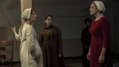 Elisabeth Moss (esquerda) e Anne Dowd (centro) na segunda temporada de 'The Handmaid's Tale'.