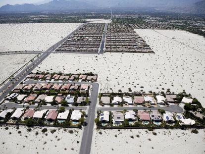 A autoridade hídrica da Califórnia aprovou nesta terça restrições inéditas ao consumo nas cidades. Na imagem, residências com piscina em um vale da zona de Palm Springs, Califórnia, no dia 13 de abril de 2015.