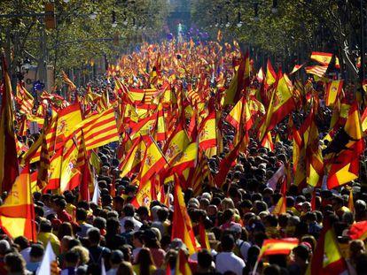 """Sob o lema """"Somos todos Catalunha!"""" e com um mar de bandeiras espanholas, catalãs e da União Europeia, a multidão começou a marchar pelo centro de Barcelona ao meio dia. Os organizadores estimam em mais de um milhão de pessoas o público da manifestação."""