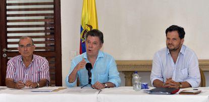 O presidente Juan Manuel Santos (centro) e negociadores.