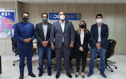 O líder do governo Bolsonaro no Congresso, Eduardo Gomes (ao centro), leva o prefeito de Paraíso do Tocantins, Celso Morais (à direita) para reunião com presidente da Codevasf, Marcelo Moreira (à esquerda, ao lado de Gomes), sobre liberação de dinheiro para o município no início de maio.