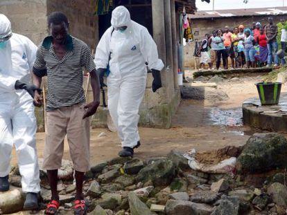 Médicos acompanham um doente em Monróvia, Libéria.