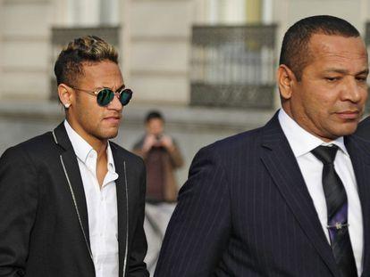 Acompanhado do pai, Neymar Jr. chega ao tribunal espanhol para depor.