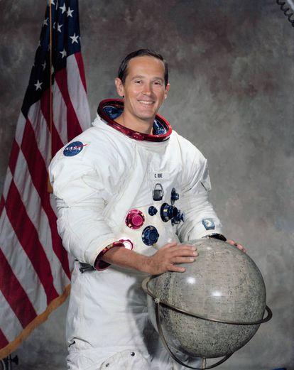 O astronauta Charles Duke fotografado em 1971.