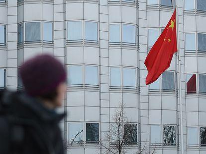 Uma mulher passa em frente à Embaixada da China em Berlim, em dezembro de 2017.