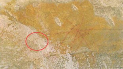Imagem mostra a sobreposição de camada branca ao grafismo rupestre em Diamantina.