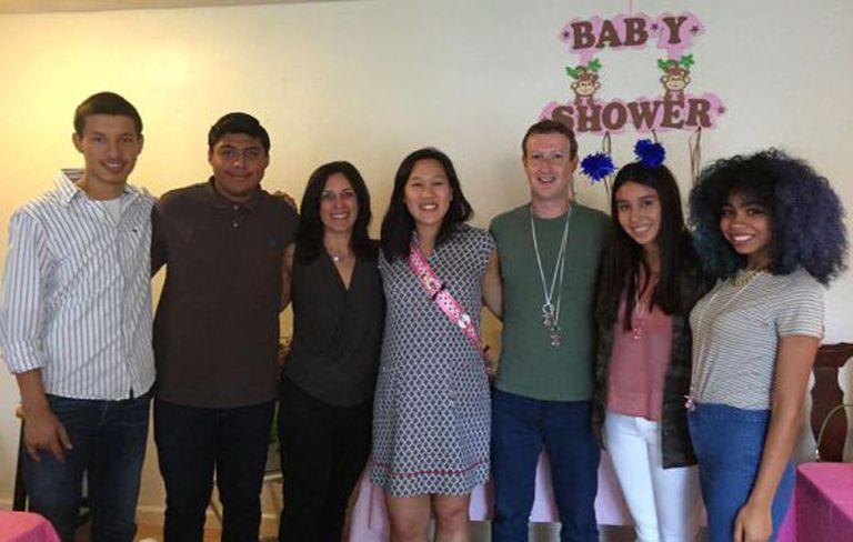 Mark Zuckerberg, sua esposa, Priscilla Chan, com seus alunos.