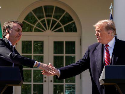 Os presidentes Jair Bolsonaro e Donald Trump se cumprimentam durante entrevista coletiva no jardim da Casa Branca, em março.