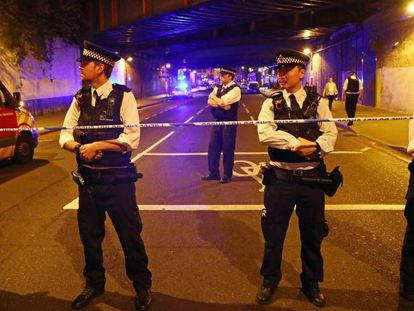 Policiais isolam a área do atropelamento.