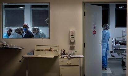 Profissionais em alas destinadas ao tratamento de pacientes com o novo coronavírus no Hospital Municipal Tide Setúbal, na zona leste de São Paulo.