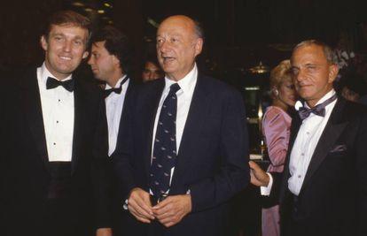 Da esquerda para a direita, Donald Trump, o ex-prefeito de Nova York Ed Koch e Roy Cohn, na inauguração da Trump Tower, em 1983