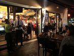 Frequentadores voltam a bar do Leblon após a reabertura de bares no Rio