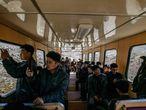 """De acuerdo con Ri Yong Myong, estudiante de literatura coreana en la Universidad Kim Il Sung en Pyongyang, los norcoreanos ven en Monte Baekdu algo más que honores y riquezas. """"Todos necesitan pilares espirituales"""", y así es vista la montaña según Ri Yong Myong, de 30 años, quien además estuvo alistado en el ejército durante 10 años. En la imagen, estudiantes utilizan sus móviles para hacer fotografías durante el viaje hacia la cima de Monte Baekdu."""