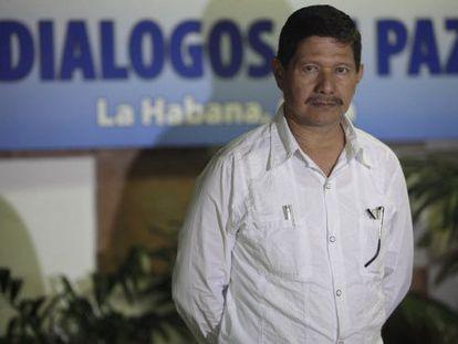 O guerrilheiro das FARC,Fabián Ramírez, na mesa de negociação.