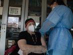 Dvd1044 (09/03/21 )Una señora de 88 años recibe su primera dosis de la vacuan Pfizer en un centro de Salud de Madrid Foto: Víctor Sainz