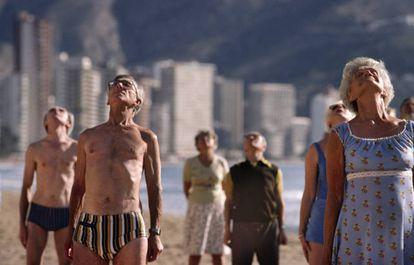 Grupo de idosos faz ginástica numa praia de Benidorm, Espanha.