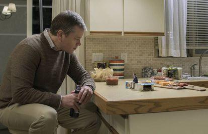 Matt Damon fala com homem miniaturizado em 'Uma vida em grande estilo'.