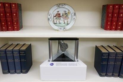 Uma pedra lunar da missão Apolo 17 divide espaço com  obras escritas por George Washington e Nathaniel Hawthorne no Salão Oval.