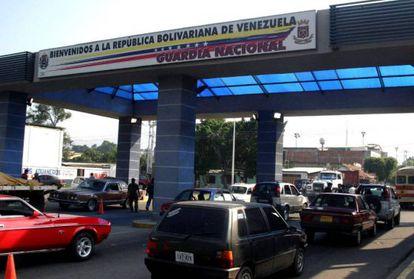 Carros passam pela fronteira entre Colômbia e Venezuela.