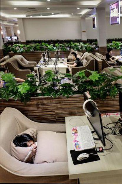 A China é o país com mais internautas do mundo, 632 milhões, dos quais cerca de 24 são viciados na Rede. Muitos deles frequentam os 113.000 cibercafés do país, onde navegam até cair.