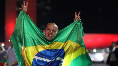 Manifestante celebra ato contra Dilma.