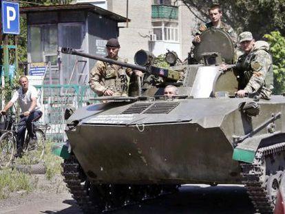 Militantes pró-Rússia em um tanque no centro de Slaviansk.