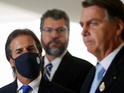 Araújo observa entrevista de Bolsonaro ao lado do presidente uruguaio, Lacalle Pou, no Palácio do Planalto.
