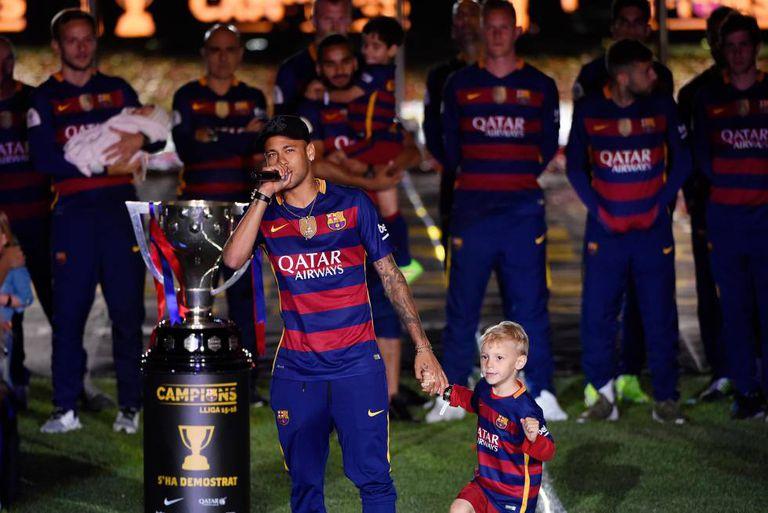 Neymar, com seu filho, durante a comemoração do Barcelona no Camp Nou, no final da temporada 2015-16.