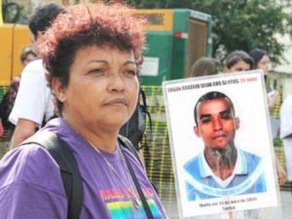 Débora com a foto do filho Rogério, morto em 2006.