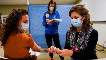 Mulher participa de teste clínico da vacina da Pfizer contra o coronavírus em Indiana, Estados Unidos.