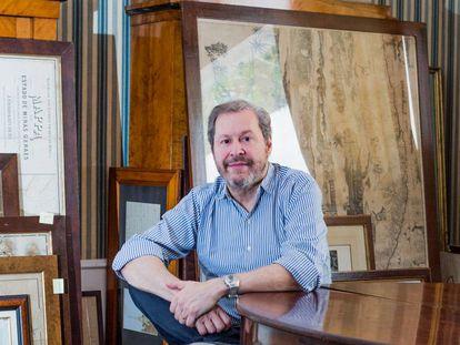 Pedro Corrêa do Lago no salão da sua casa em São Paulo