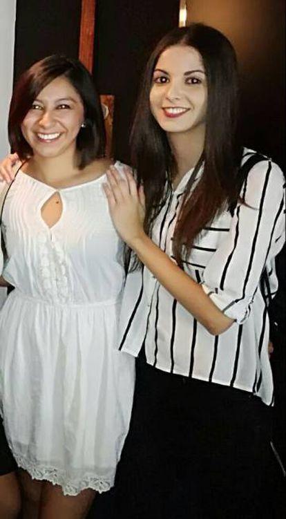 Nathaly Salazar Ayala, à esquerda, com uma amiga.