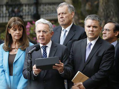 O presidente Iván Duque (à direita), com o ex-mandatário Álvaro Uribe em foto de setembro de 2019.
