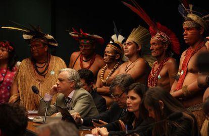 Indígenas acompanham reunião da comissão.