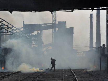 Trabalhador da fábrica de coque de Avdiivka na quinta-feira.