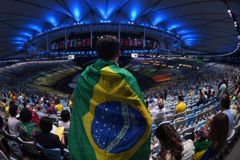 Torcedor no Maracanã, antes da abertura dos Jogos.