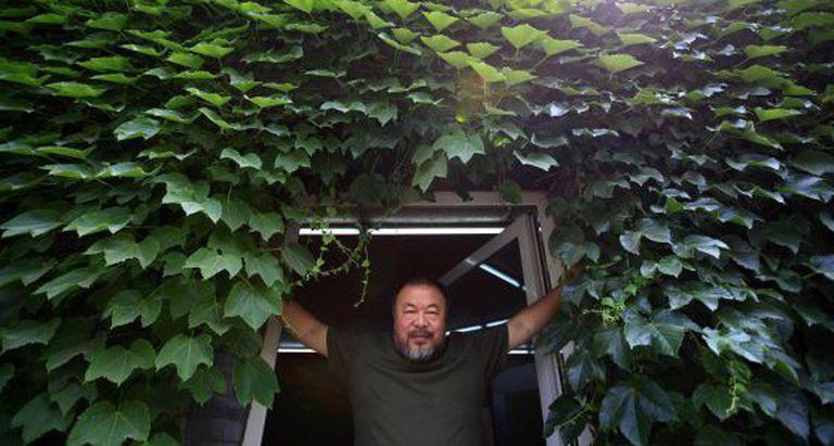 O artista chinês Ai Weiwei, na porta de seu estúdio em Pequim.