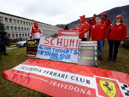 Fãs de Schumacher mostram cartazes com mensagens de apoio em frente ao hospital de Grenoble (França).
