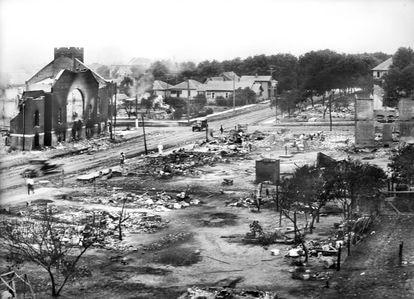 Foto de um setor do bairro Greenwood reduzido a cinzas após o massacre.