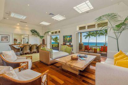 Detalhe da sala de estar. A casa é térrea, e o que entra pelo teto é luz natural.